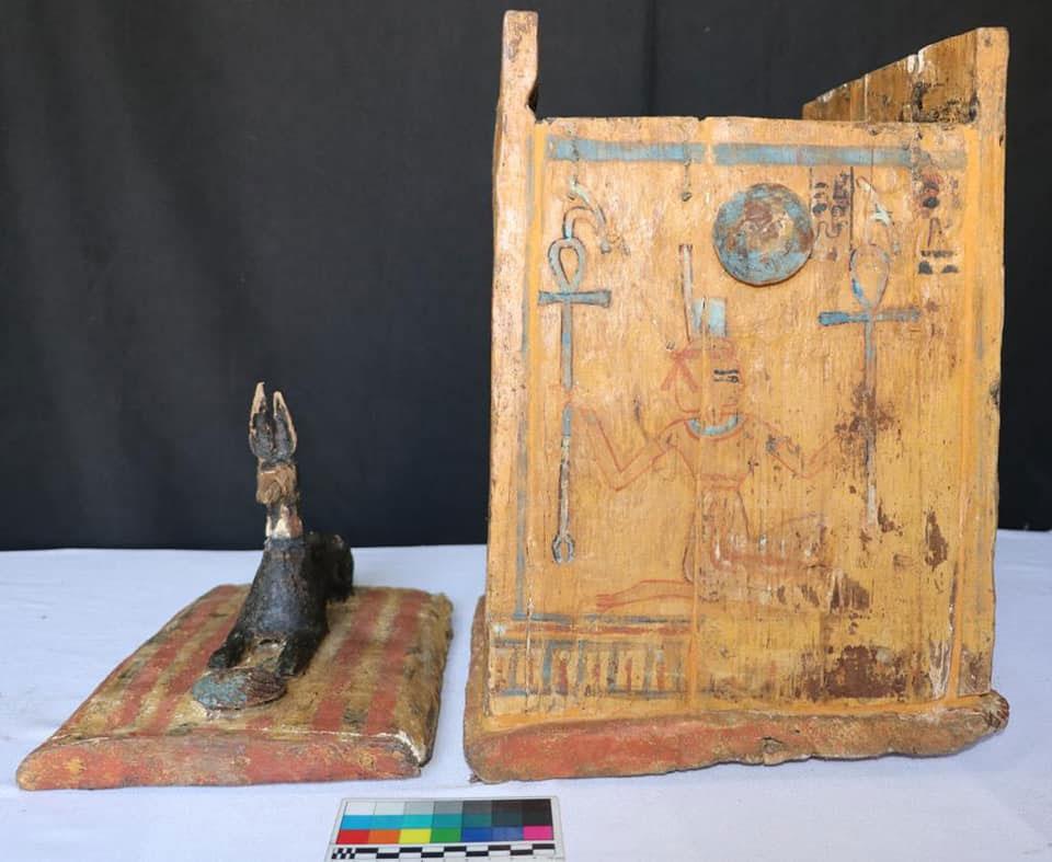 Κιβωτίδιο με ουσάμπτι. Άποψη μέρους της εξωτερικής του επιφάνειας και του πώματος το οποίο φέρει ομοίωμα τσακαλιού. Όψιμη 18η-πρώιμη 19η Δυναστεία περ. Πηγή: Υπουργείο Τουρισμού και Αρχαιοτήτων της Αιγύπτου.