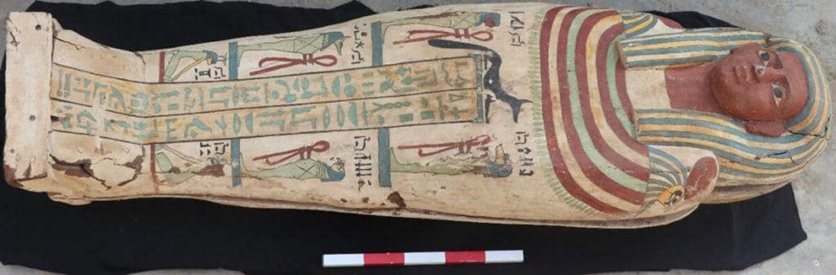 Ανθρωποειδής σαρκοφάγος με διακόσμηση σε λευκό φόντο η οποία βρέθηκε σε άψογη διατήρηση. Περ. 26η Δυναστεία. Πηγή: Υπουργείο Τουρισμού και Αρχαιοτήτων της Αιγύπτου.