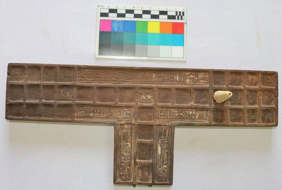 Πίνακας επιτραπέζιου παιχνιδιού, πιθανότατα σύνθετης μορφής του «παιχνιδιού των 20 τετραγώνων». Πηγή: Υπουργείο Τουρισμού και Αρχαιοτήτων της Αιγύπτου.