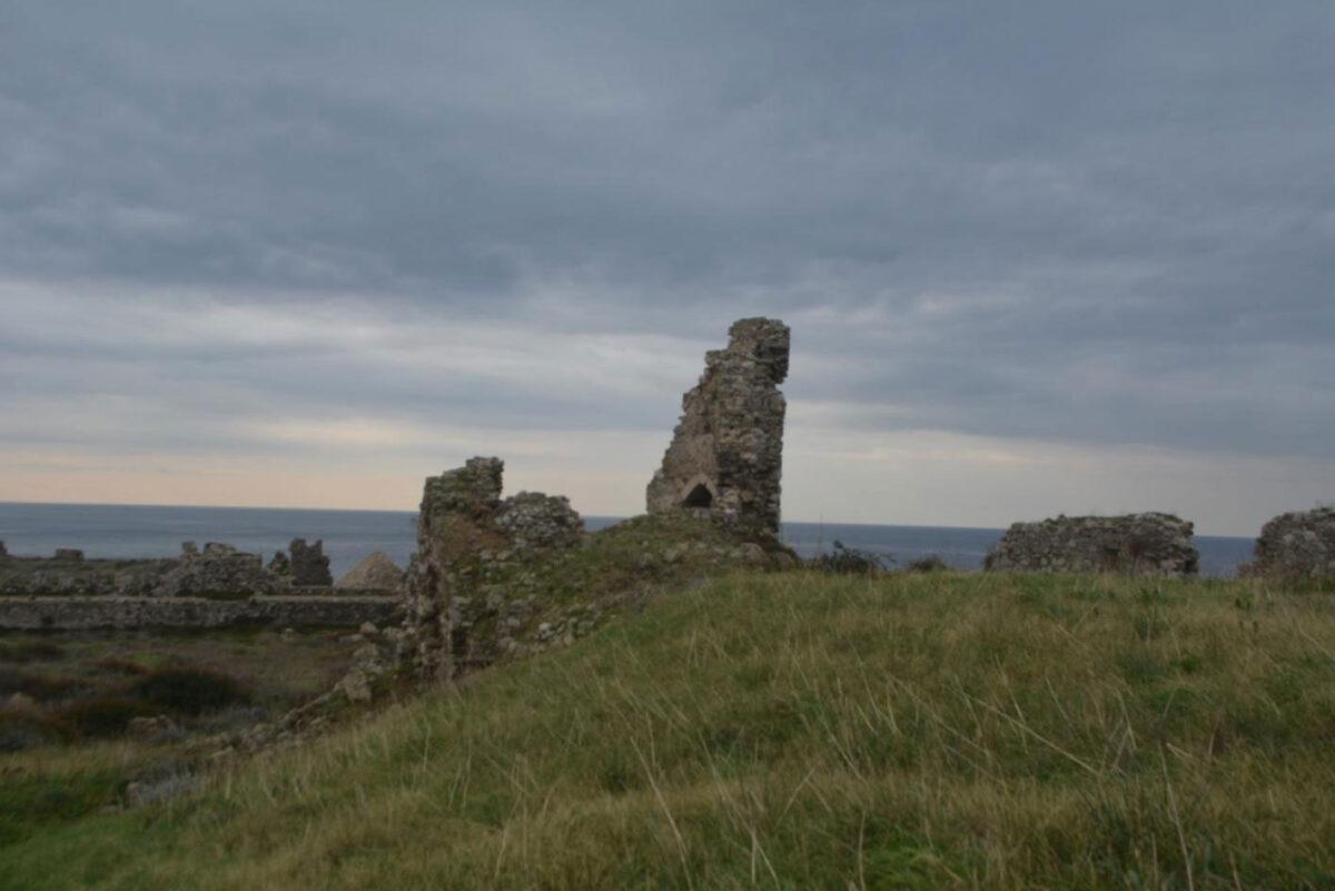 Κάστρο Μεθώνης. Ο ημικυκλικός πύργος του βορείου περιβόλου πριν από την κατάρρευση του δυτικού τμήματος (φωτ.: ΥΠΠΟΑ).
