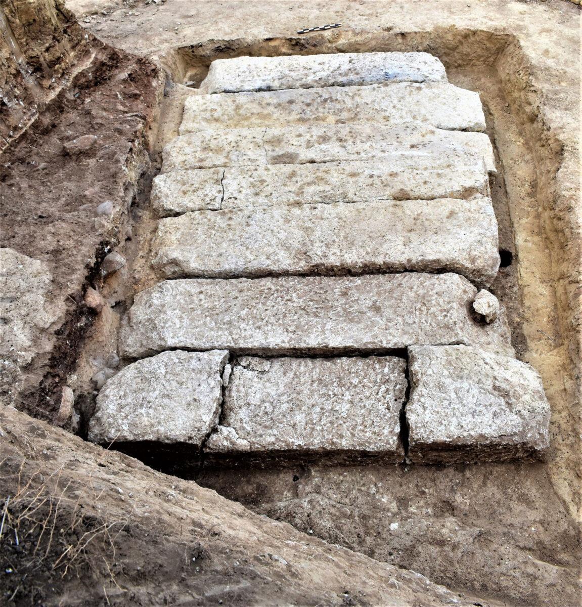 Οι καλυπτήριοι λίθοι του τάφου (φωτ.: ΥΠΠΟΑ).