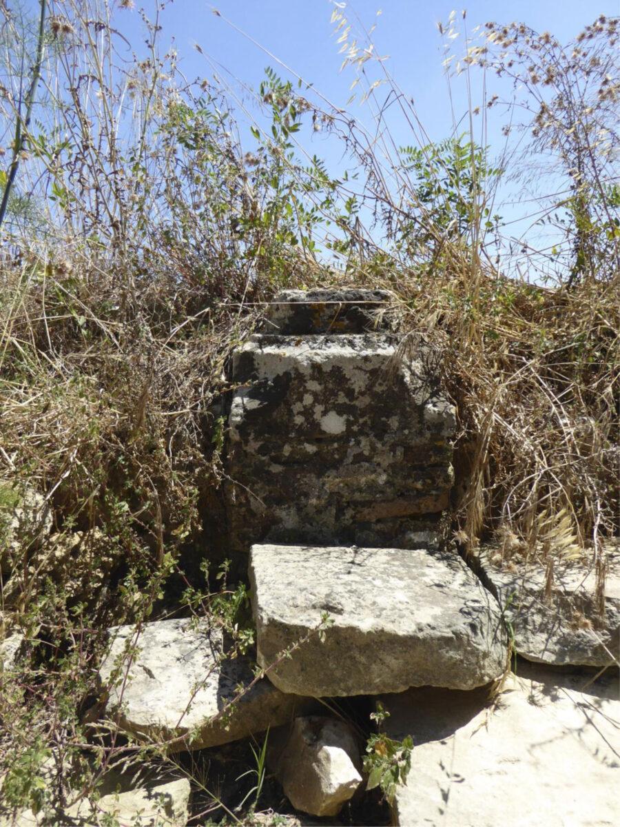 Εικ. 5. Κατάλοιπα τειχών στον λόφο Σγουρό.