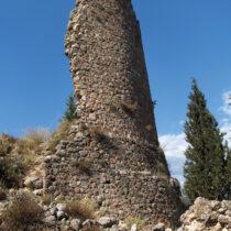 Κάστρο Άμφισσας, κυκλικός πύργος των χρόνων της Φραγκοκρατίας.