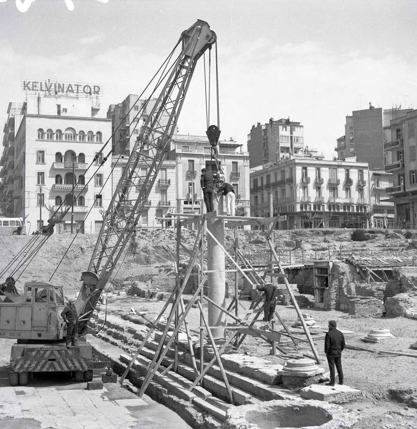 Η αναστήλωση του κίονα της Αρχαίας Αγοράς (φωτ.: ΕΦΑ Πόλης Θεσσαλονίκης).