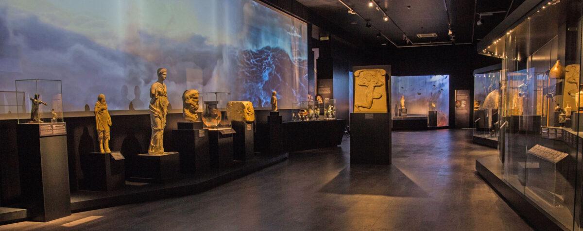 Φωτογραφική άποψη της έκθεσης «Οι Μεγάλες Νίκες. Στα όρια του Μύθου και της Ιστορίας» (© Εθνικό Αρχαιολογικό Μουσείο/ΟΔΑΠ).