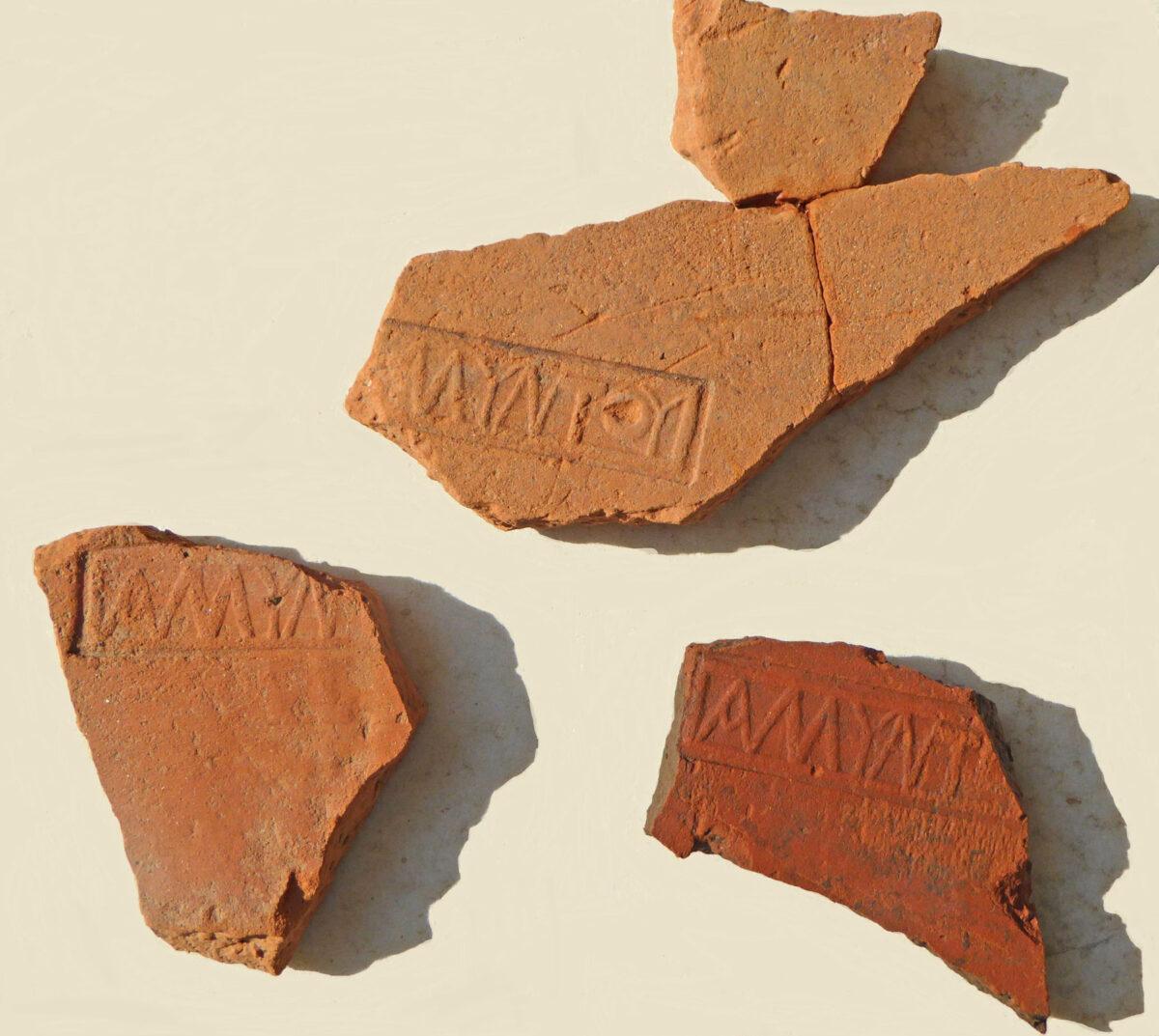 Κομμάτια κεραμιδιών («λακωνικοί» στρωτήρες) με την επιγραφή ΑΜΥΝΤΟΥ. Φωτ.: Εφορεία Αρχαιοτήτων Ημαθίας.