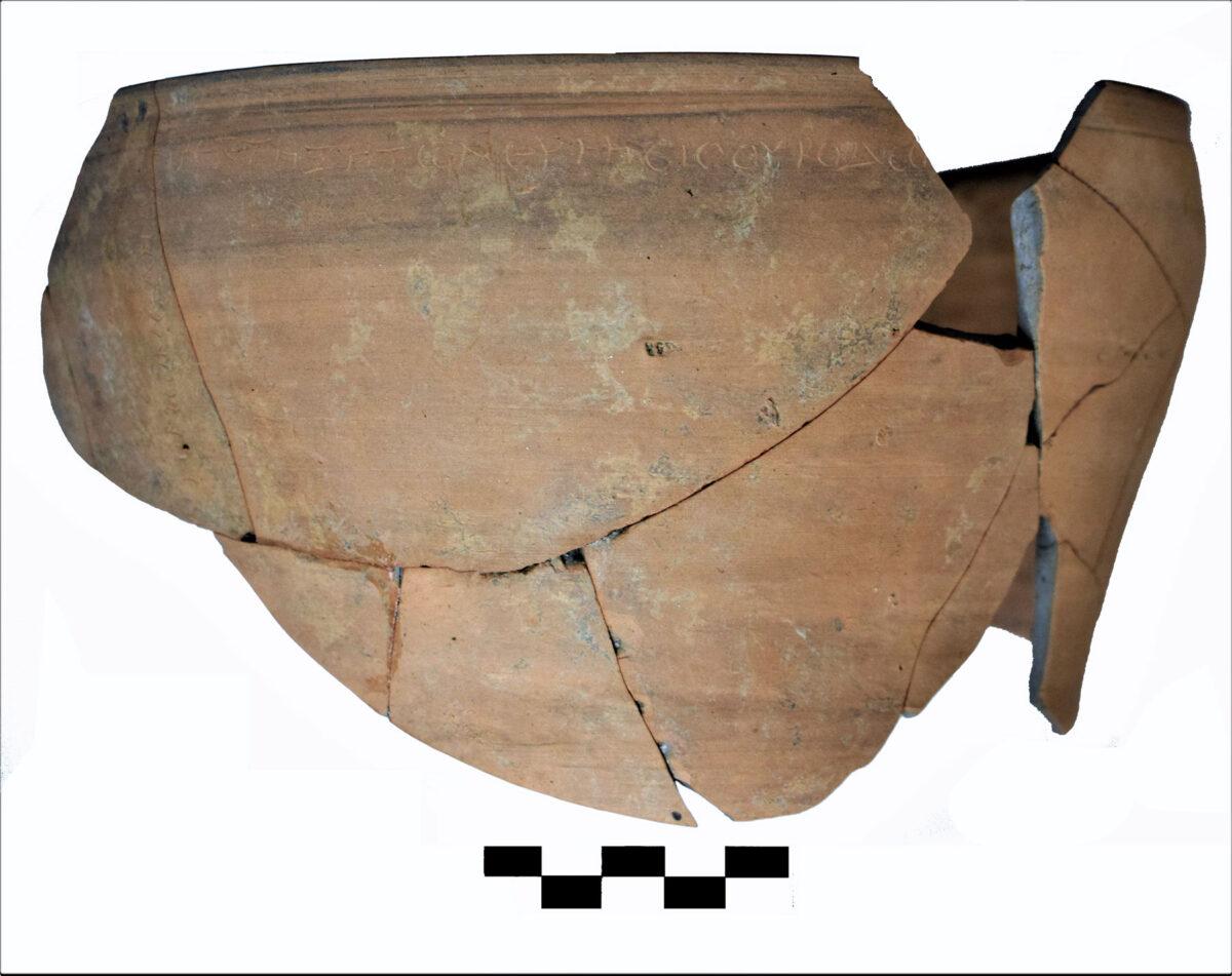 Η πήλινη κούπα (σκύφος) με το χαραγμένο επίγραμμα. Φωτ.: Εφορεία Αρχαιοτήτων Ημαθίας.