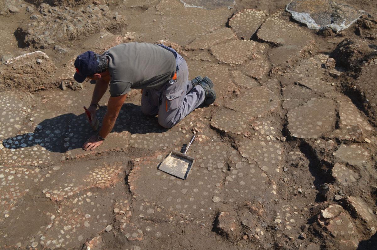 Καθαρισμός του μαρμαροθετήματος του μεγάλου ΝΑ χώρου. Φωτ.: Εφορεία Αρχαιοτήτων Ημαθίας.