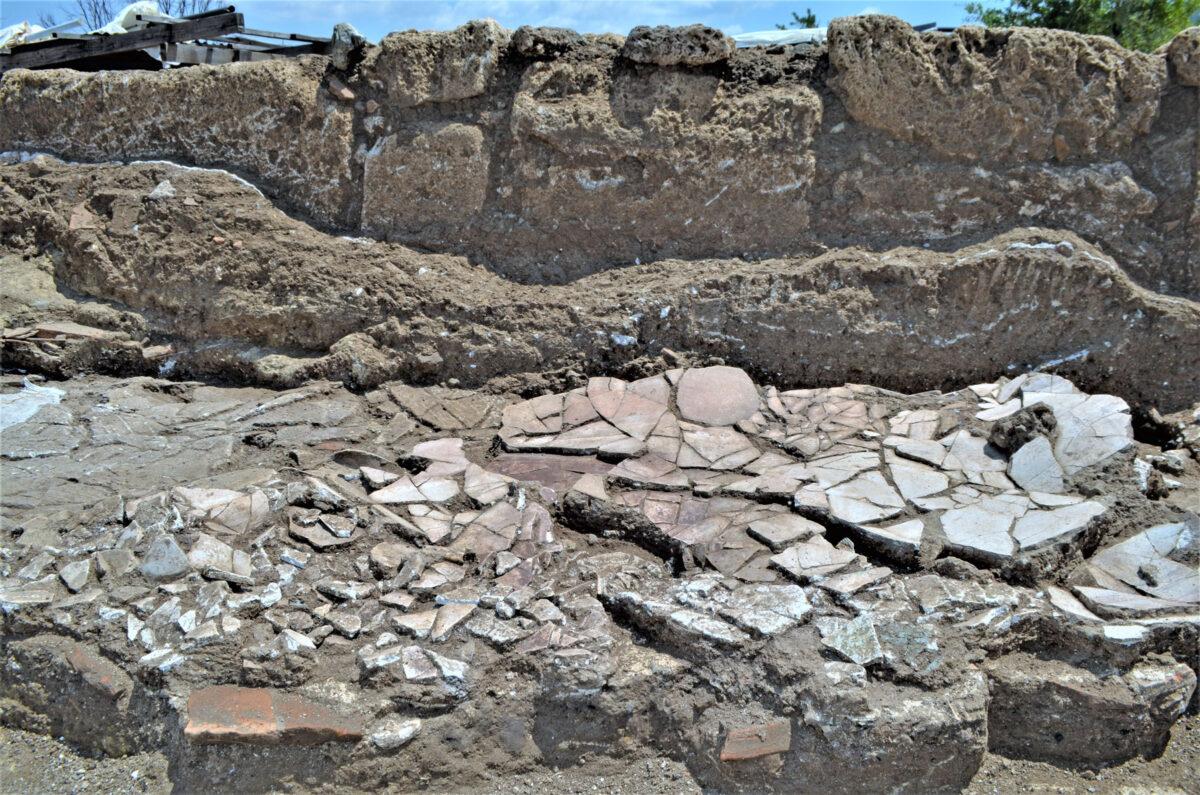 Πεσμένα κονιάματα σε έναν από τους χώρους της ΝΑ πλευράς του συγκροτήματος. Φωτ.: Εφορεία Αρχαιοτήτων Ημαθίας.