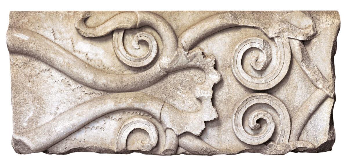 Τμήμα μαρμάρινης ζωφόρου με φυτικό κόσμημα (4ος αι. π.Χ.). Φωτ.: Εφορεία Αρχαιοτήτων Ημαθίας.