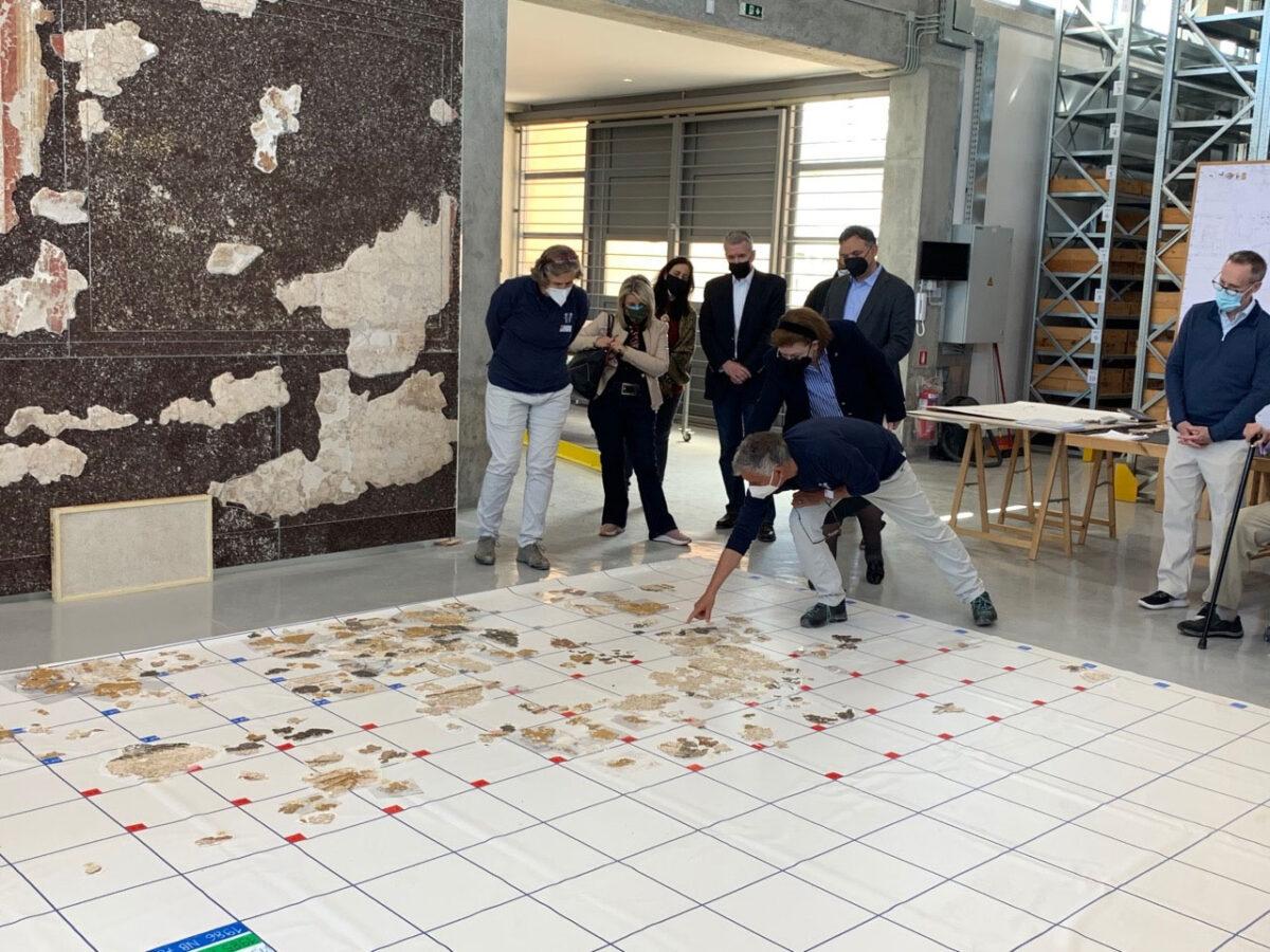 Η Λ. Μενδώνη στις αρχαιολογικές αποθήκες της ΑΣΚΣ στην Κόρινθο