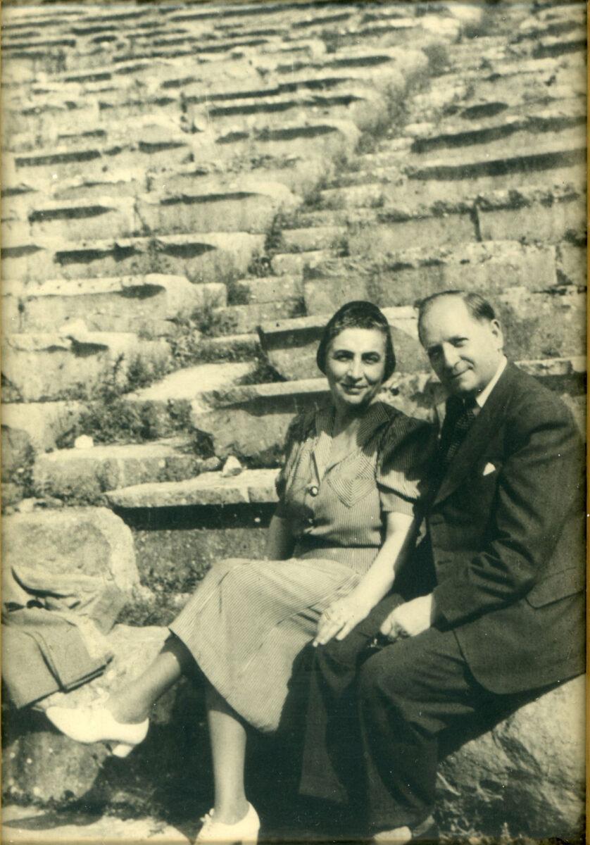 Η Μέλπω και ο Οκτάβιος Μερλιέ στους Δελφούς, 1950. Κέντρο Μικρασιατικών Σπουδών.