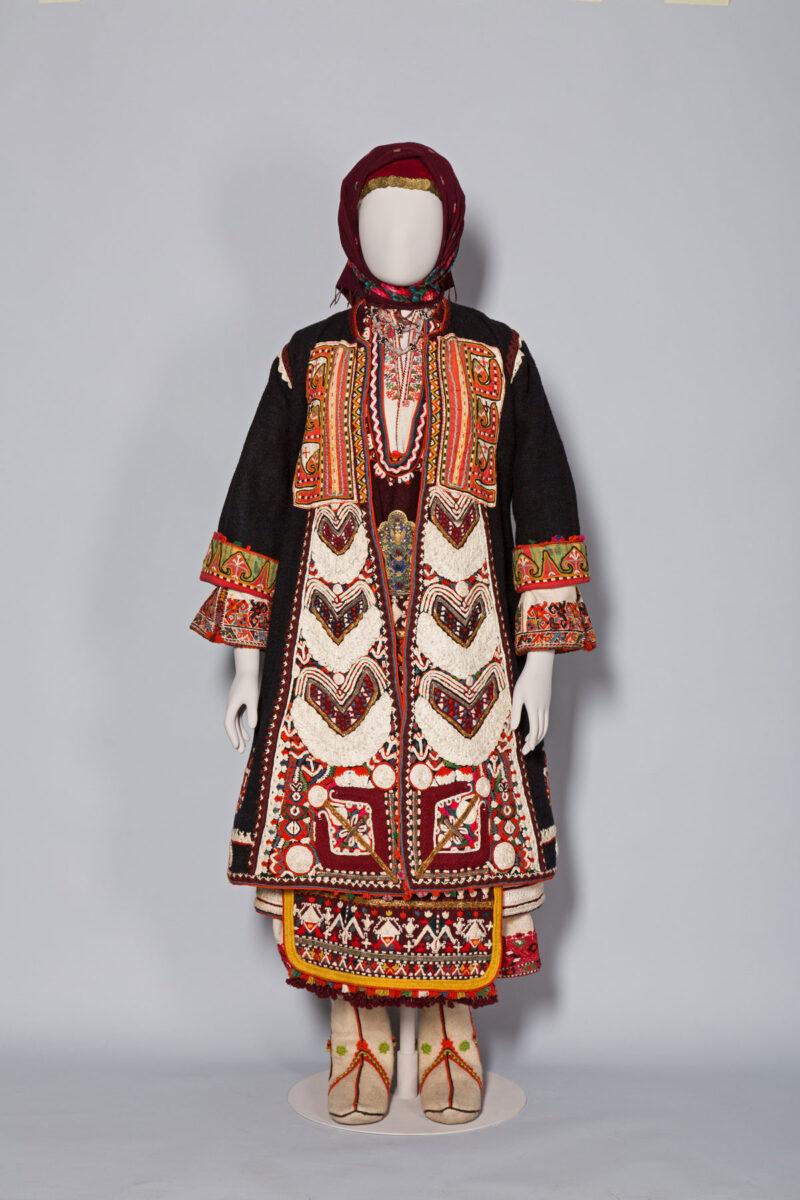 Νυφική φορεσιά από τα χωριά Μικρό και Μεγάλο Ζαλούφι, στην περιφέρεια της Mακράς Γέφυρας (Uzunköprü), ανατολική Θράκη, τέλη 19ου αι. Μουσείο Μπενάκη ΦΟΡ93.