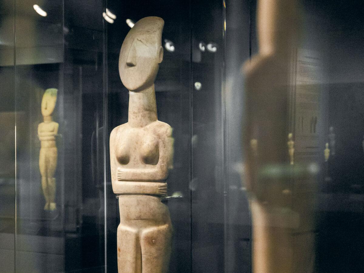 Μαρμάρινα γυναικεία ειδώλια. Πρωτοκυκλαδική ΙΙ – ΙΙΙ περίοδος.2700 – 2400/2300 π.Χ. © Μουσείο Κυκλαδικής Τέχνης / Π. Ταβιτιάν.