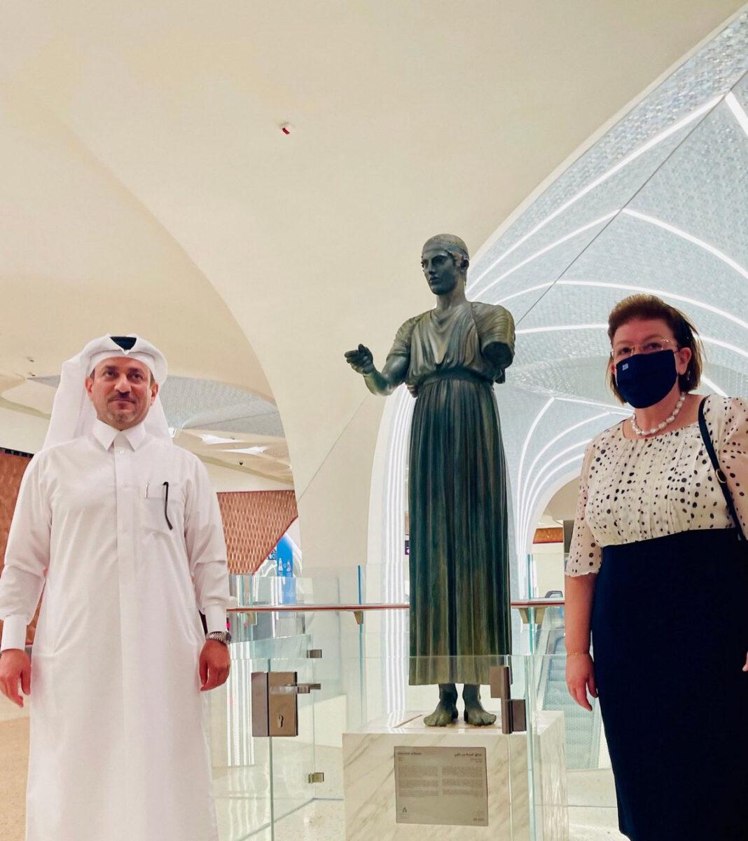 H Υπουργός Πολιτισμού και Αθλητισμού Λίνα Μενδώνη και ο Γενικός Διευθυντής της Αρχής των Μουσείων του Κατάρ, Ahmad Al-Namla, κατά τηνεπίσημη τελετή εγκαινίων της έκθεσης του αντιγράφου του Ηνιόχου (φωτ.: ΥΠΠΟΑ).