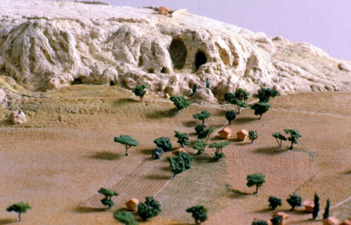 Μουσείο Ακροπόλεως. Τμηματική άποψη του λόφου της Ακρόπολης πριν από ∼6 χιλιετίες (ομοίωμα σε κλίμακα 1:500). Εκτέλεση: Π. Δημητριάδης - Γ. Αγγελόπουλος, 1985. Μελέτη, σχεδιασμός, επίβλεψη: Μ. Κορρές.