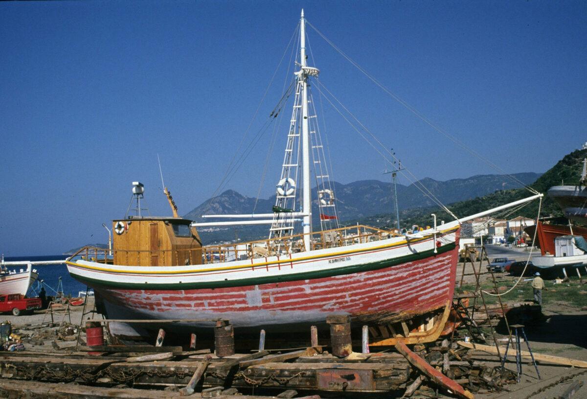 Ο βαρκαλάς «Άγιος Δημήτριος», κατασκευασμένος το 1927 στη Σκιάθο. Είναι κηρυγμένο κινητό μνημείο από το ΥΠΠΟΑ και ένα από τα παλαιότερα σκάφη που διασώζονται στο Αιγαίο. Φωτ.: Κ. Δαμιανίδης, Σάμος 1990.