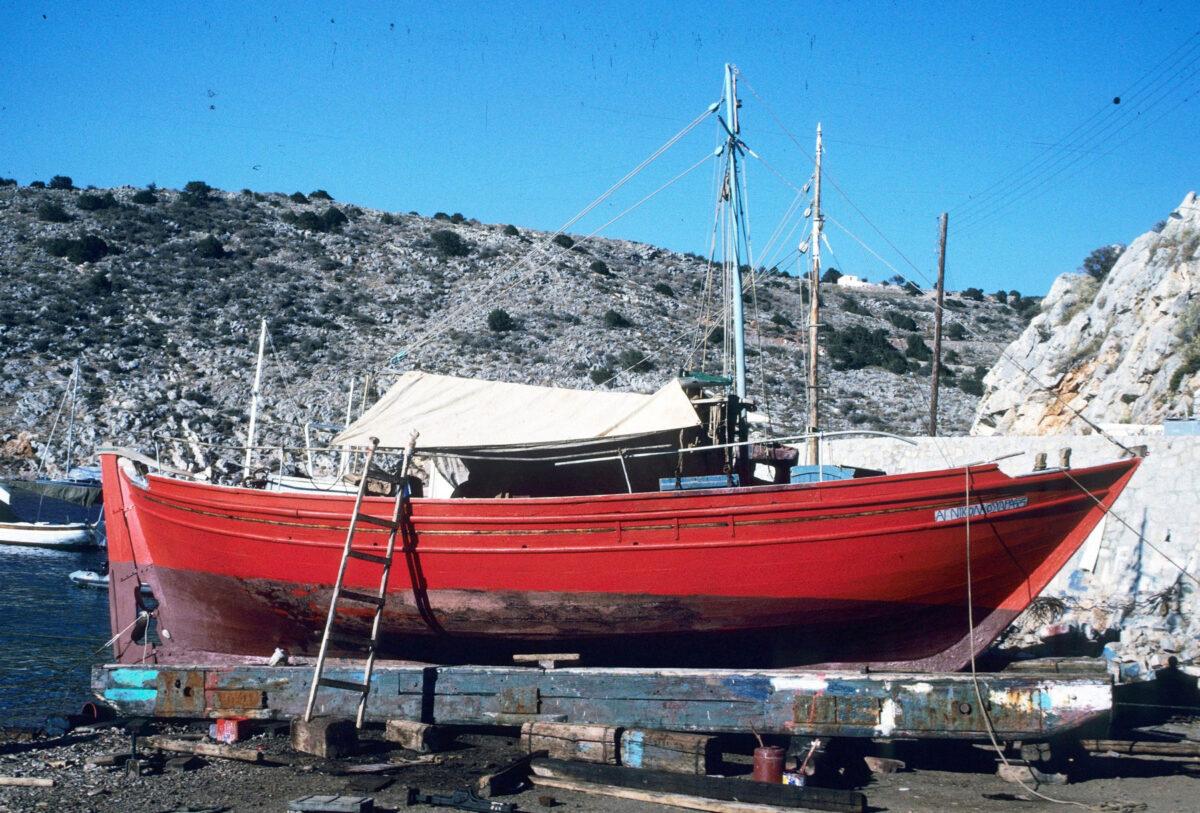 Το τσερνίκι «Άγιος Νικόλαος» κατασκευάστηκε το 1910 στο Κοκκάρι της Σάμου. Είναι κηρυγμένο κινητό μνημείο από το ΥΠΠΟΑ και ένα από τα παλαιότερα σκάφη που διασώζονται στο Αιγαίο. Φωτ.: Κ. Δαμιανίδης, Ύδρα 1990.