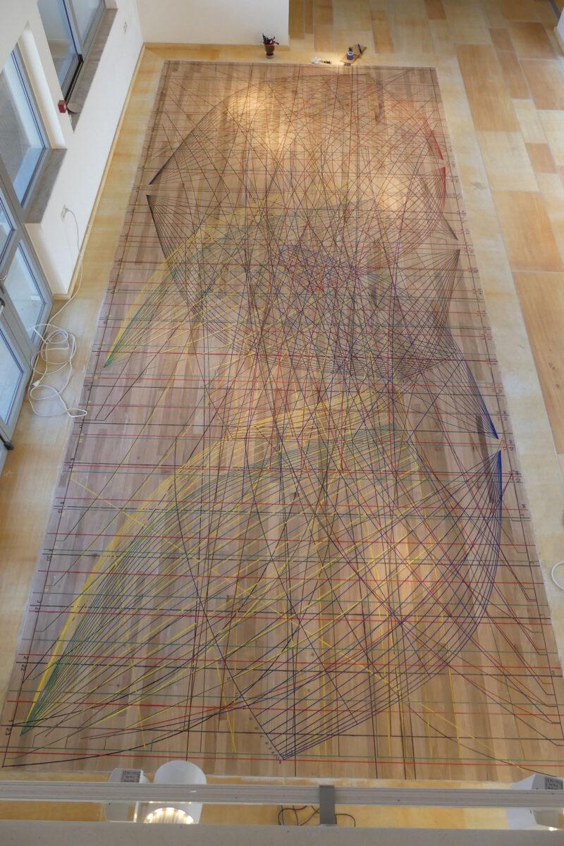 Αντίγραφο της παραδοσιακής «σάλας» (ναυπηγικού δαπέδου) που αποτυπώθηκε στο ναυπηγείο των αδελφών Μαυρίκων στη Σύρο το 1987-1988. Ένα από τα κεντρικά εκθέματα του Μουσείου Ναυπηγικών και Ναυτικών Τεχνών του Αιγαίου στο Ηραίο της Σάμου. Φωτ.: Κ. Δαμιανίδης, Σάμος 2019.