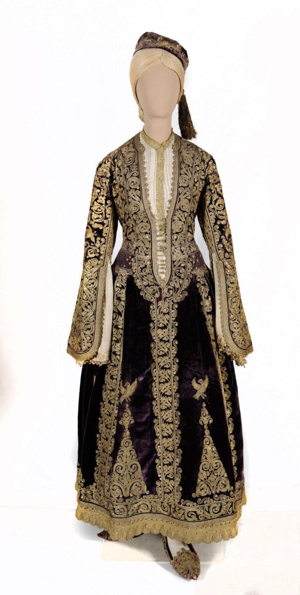 Φόρεμα της κυρα-Φροσύνης, τέλη 18ου αι. (ΕΙΜ 1379). Εντυπωσιακό δείγμα αρχοντικής φορεσιάς του 18ου αιώνα, δημιούργημα των εργαστηρίων χρυσοκεντητικής των Ιωαννίνων. Διασώθηκε από στρατιώτες κατά τις επιχειρήσεις στην Ήπειρο το 1854. © ΙΕΕΕ-ΕΙΜ.