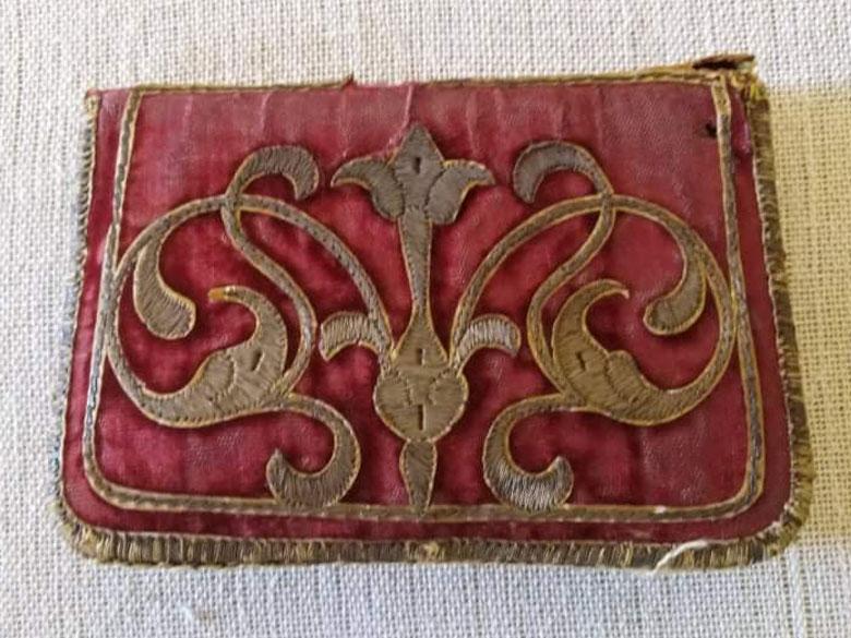 Πορτοφόλι της κυρα-Βασιλικής. Δέρμα με βελούδινη υφασμάτινη επένδυση και χρυσοκέντητο διάκοσμο, α΄ τέταρτο 19ου αι. (ΕΙΜ 1411). Η Βασιλική Κονταξή υπήρξε σύζυγος του Αλή Πασά στον οποίο φαίνεται ότι ασκούσε σημαντική επιρροή προς όφελος των Ελλήνων. © ΙΕΕΕ-ΕΙΜ.