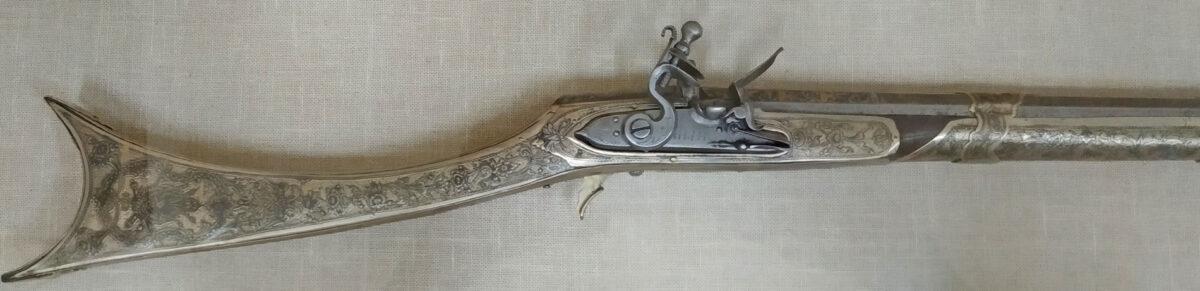 Καριοφίλι του Αλή Πασά, αρχές 19ου αι. (ΕΙΜ 130). Κοντόκαννο τουφέκι (αναφέρεται ως σαρμάς) με μηχανισμό πυρολίθου και αργυρή διακόσμηση. Πολλοί επισκέπτες στο σεράι του Ιτς Καλέ θαύμαζαν τα πολυάριθμα όπλα που ο  Αλή Πασάς συνέλεγε για χρήση, αλλά κυρίως για επίδειξη πλούτου και ανταλλαγή δώρων με επίτιμους καλεσμένους. © ΙΕΕΕ-ΕΙΜ.