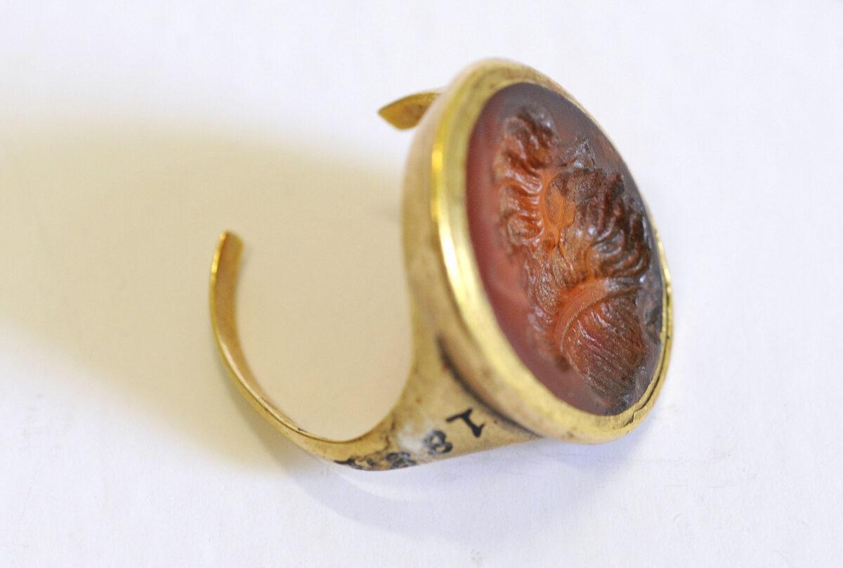 Σφραγιστικό δαχτυλίδι του Θεόδωρου Κολοκοτρώνη. Φέρει κεφαλή Οδυσσέα. Κόκκινος αχάτης και χρυσός, α΄ μισό 19ου αι. (ΕΙΜ 1887). © ΙΕΕΕ-ΕΙΜ.