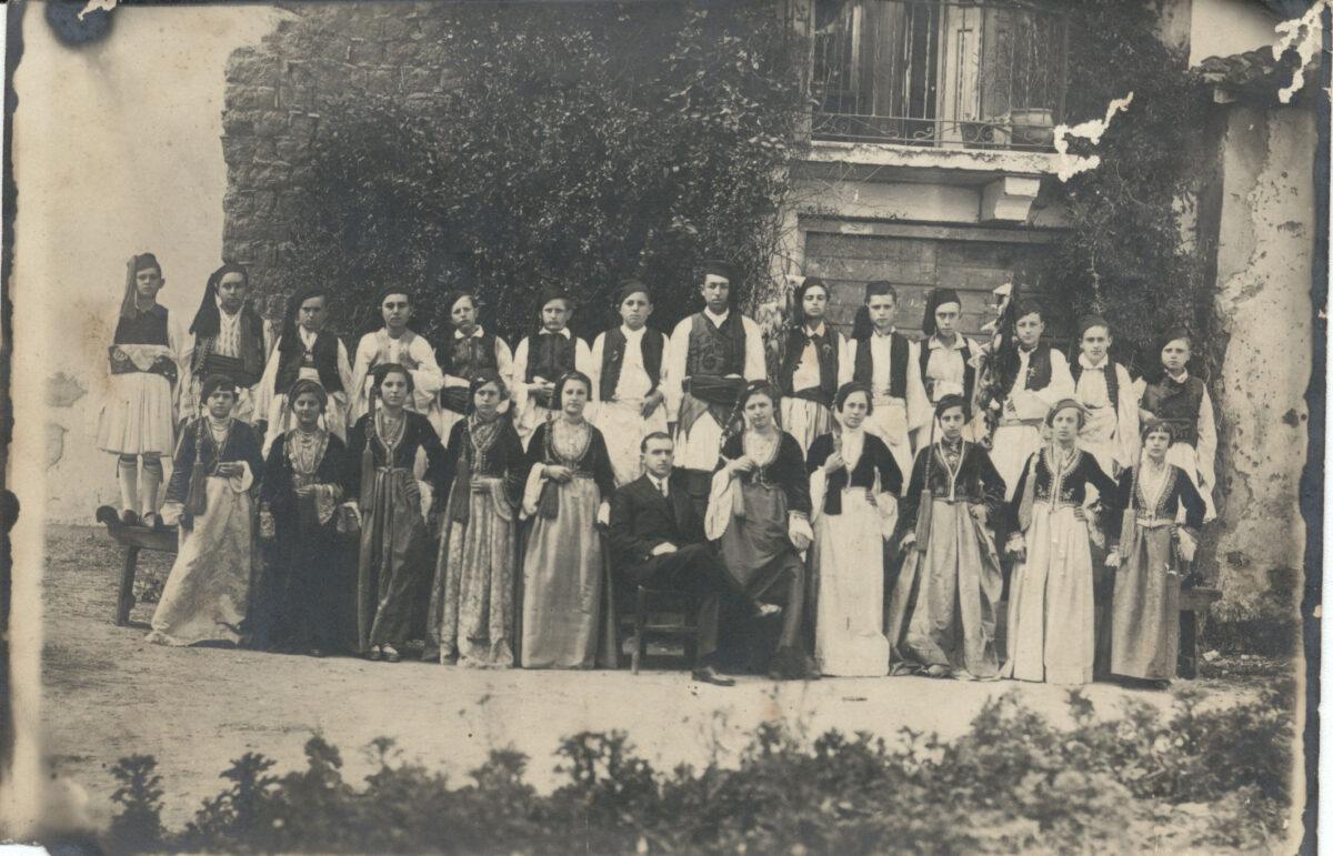 Άγνωστος φωτογράφος. Μαθητές και μαθήτριες ντυμένοι «Αμαλίες» και εύζωνες. Πάτρα (;), 1920-1925. Πελοποννησιακό Λαογραφικό Ίδρυμα.
