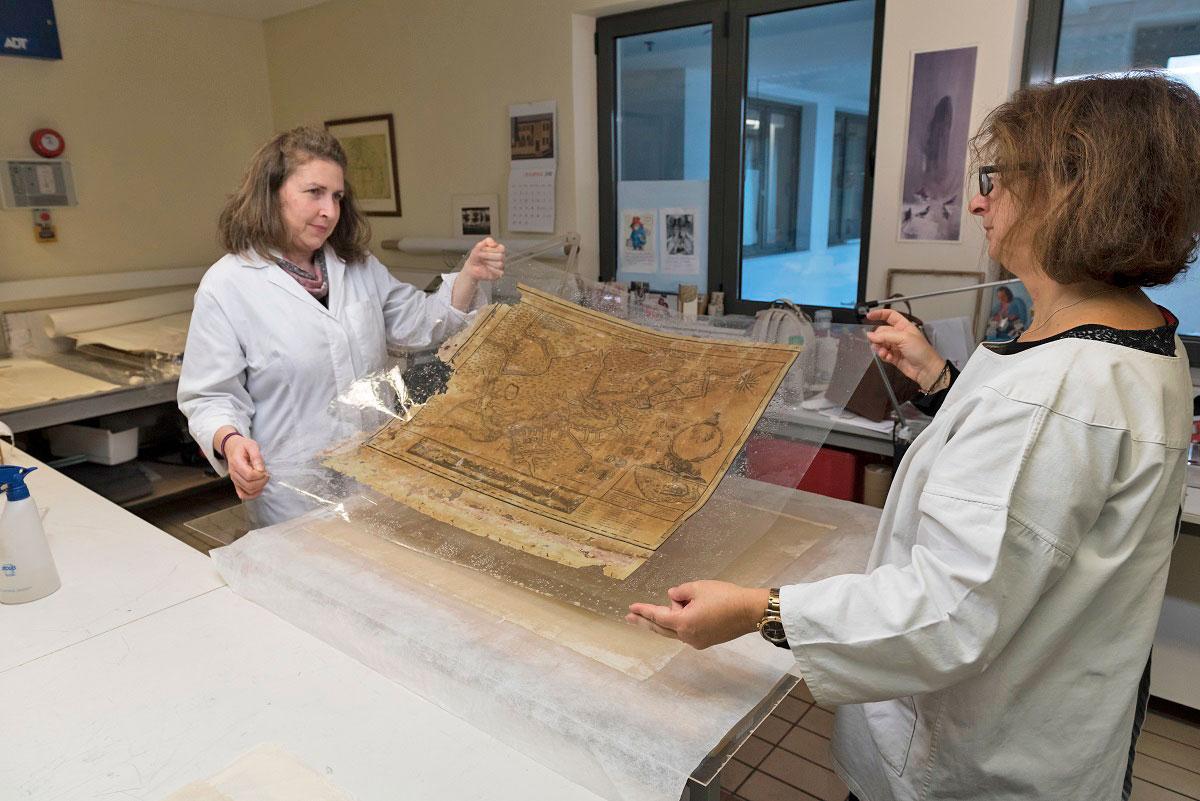 Εργασίες συντήρησης της Χάρτας στο Βυζαντινό και Χριστιανικό Μουσείο (φωτ.: ΥΠΠΟΑ/ΒΧΜ/ΤΑΠ).