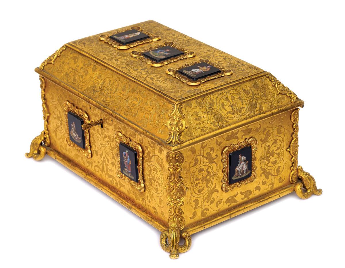 Κοσμηματοθήκη. Γαλλία ή Ιταλία, β' μισό 19ου αιώνα. Επιχρυσωμένος μπρούντζος. Τα εννέα πλακίδια είναι κατασκευασμένα με την τεχνική του μικροψηφιδωτού και εικονίζουν μορφές από την έκδοση του Otto Magnus Baron von Stackelberg, «Κοστούμια και έθιμα των λαών της  σύγχρονης Ελλάδας», Ρώμη 1825.