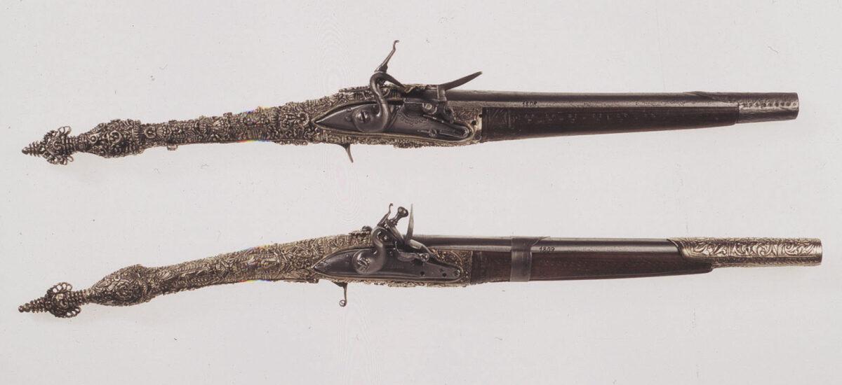 Πιστόλες του Νικηταρά. Ατσάλι, ασήμι, μηχανισμός πυρόλιθου, αρχές 19ου αι. (ΕΙΜ 1808-1809). Ζεύγος πιστόλες αρβανίτικου τύπου, με αργυρή διακόσμηση στην ευθύγραμμη λαβή. © ΙΕΕΕ-ΕΙΜ.