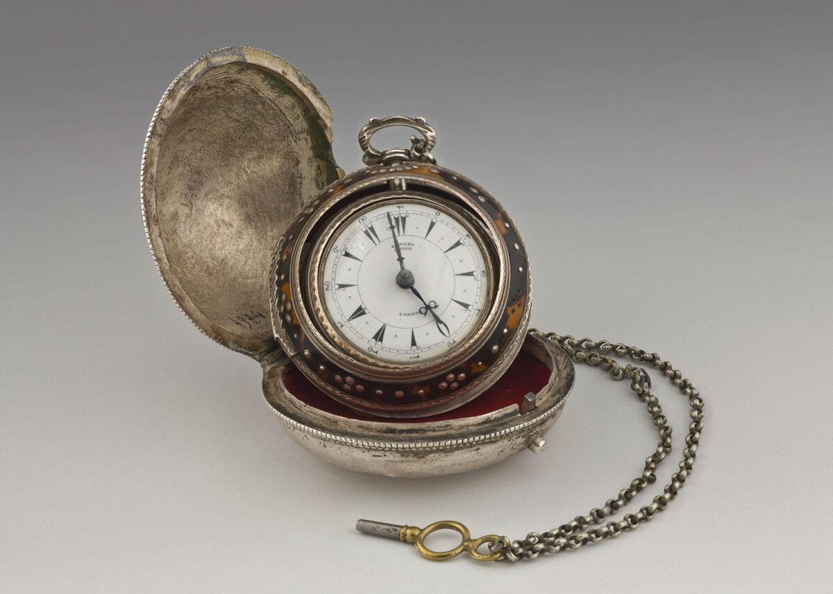Ρολόι Κανέλλου Δεληγιάννη. Κατασκευαστής Edward Prior, 1860. Επίχρυσος μηχανισμός, ασήμι, ταρταρούγα (EIM 4974). Ρολόι τσέπης τύπου «κρεμμύδι». Τα ρολόγια αυτά, δυτικής προέλευσης, αποτελούσαν πολύτιμο περιουσιακό στοιχείο και ένδειξη κοινωνικού κύρους. Επενδύονταν με εξωτερικό ασημένιο κάλυμμα από ντόπιους αργυροχόους. Ο Κανέλλος απέκτησε το ρολόι στο τέλος της ζωής του. © ΙΕΕΕ-ΕΙΜ.