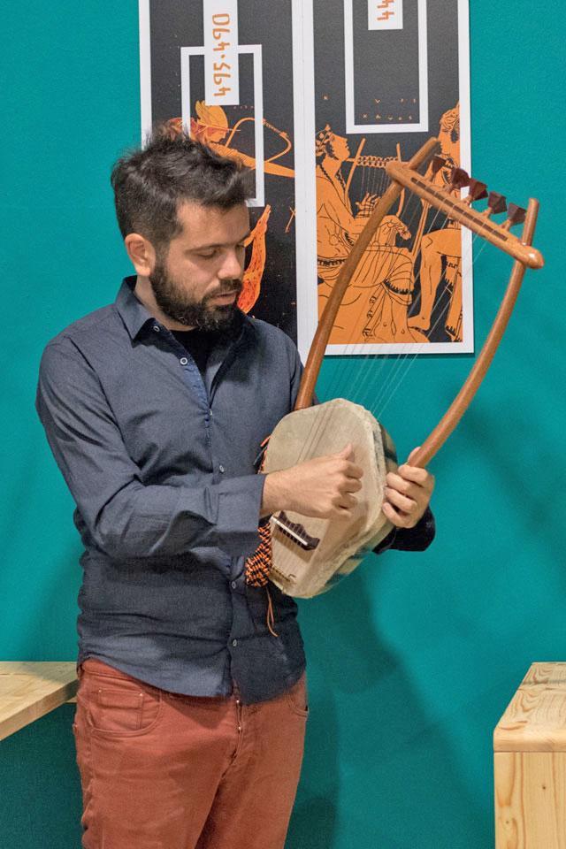 Θεσσαλονικιός παίζει στην αρχαία λύρα μέχρι και μουσική για video games