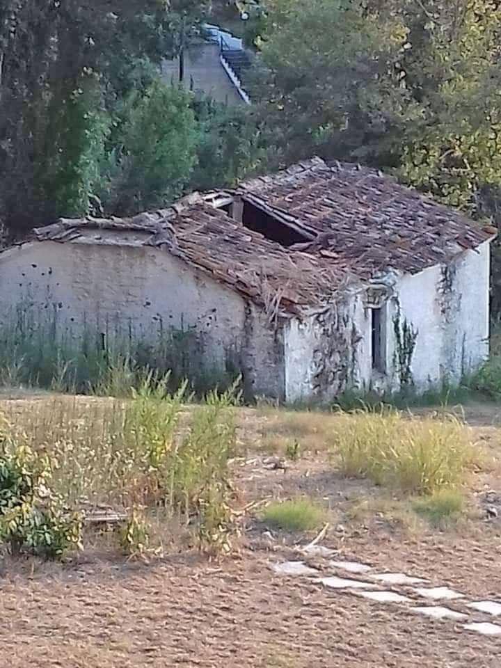Το εκκλησάκι των Αγίων Θεοδώρων πριν από την αναστήλωση (φωτ.: Ν. Καρακώστας).
