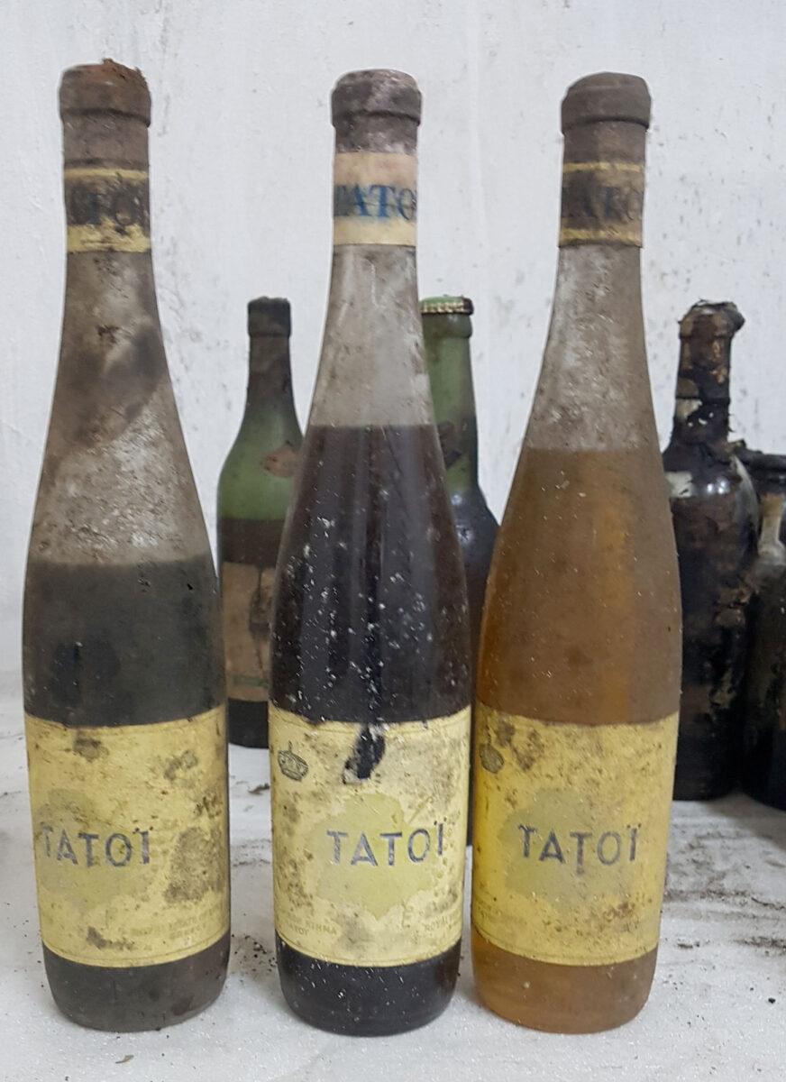 Φιάλες κρασιού με την ετικέτα του κτήματος Τατοΐου (φωτ.: ΥΠΠΟΑ).