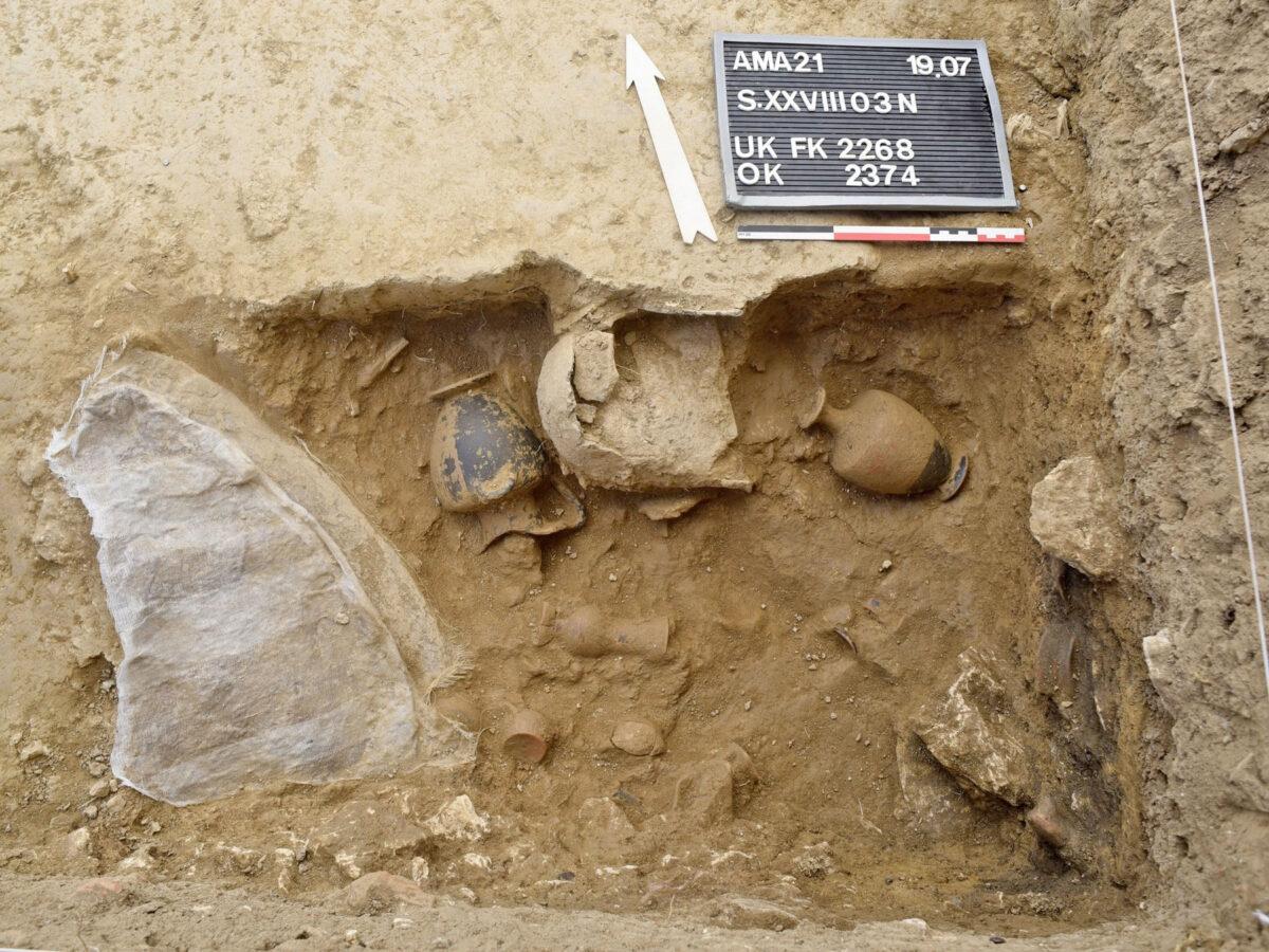 Χάλκινη ασπίδα, σιδερένιο κράνος και πήλινα αγγεία από τον αποθέτη του υστεροαρχαϊκού ναού της Αμαρυσίας Αρτέμιδος στην Αμάρυνθο (φωτ.: ΥΠΠΟΑ).