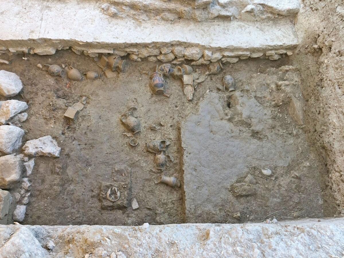 Αποθέτης του υστεροαρχαϊκού ναού της Αμαρυσίας Αρτέμιδος στην Αμάρυνθο. Τομή της ανασκαφικής περιόδου 2020 (φωτ.: ΥΠΠΟΑ).