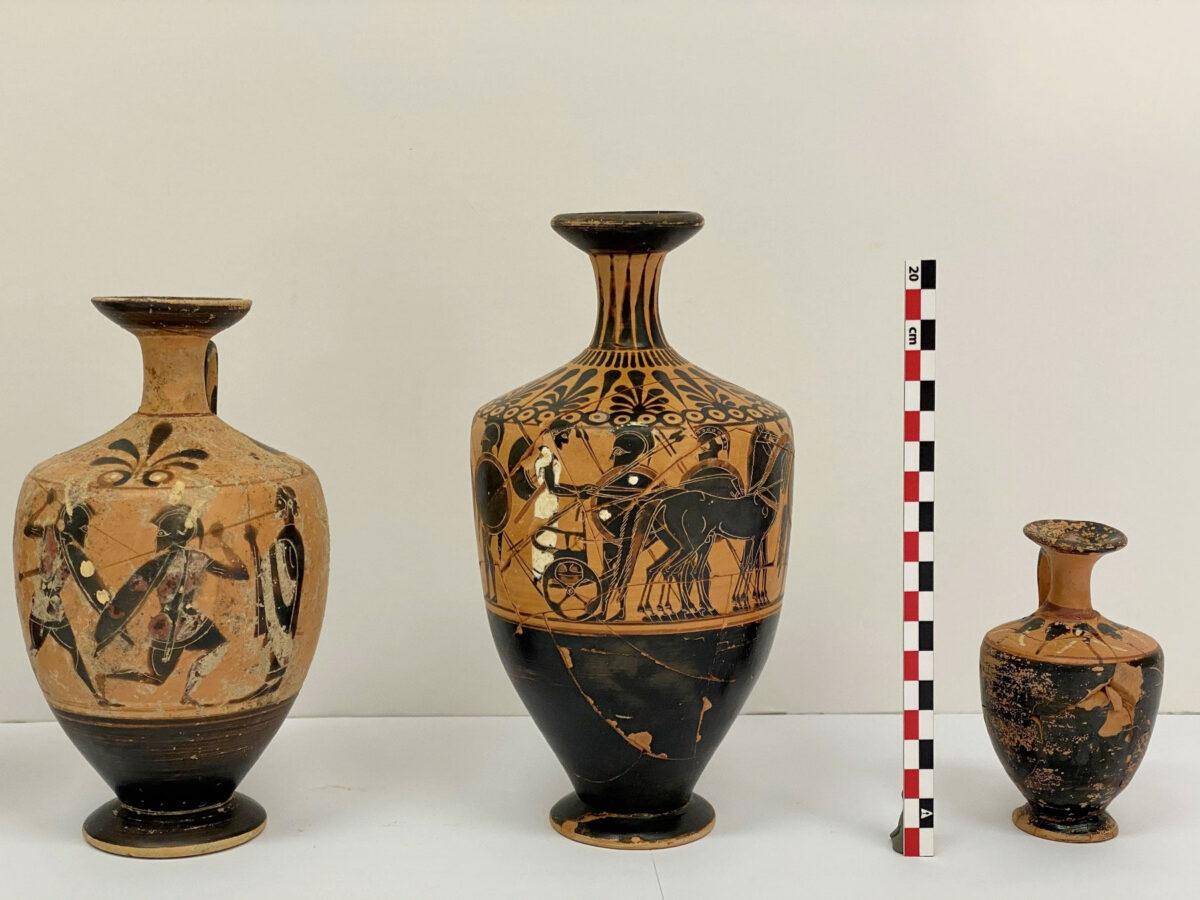 Τρία αγγεία της ανασκαφής του 2020 στον αποθέτη του υστεροαρχαϊκού ναού της Αμαρυσίας Αρτέμιδος στην Αμάρυνθο (φωτ.: ΥΠΠΟΑ).