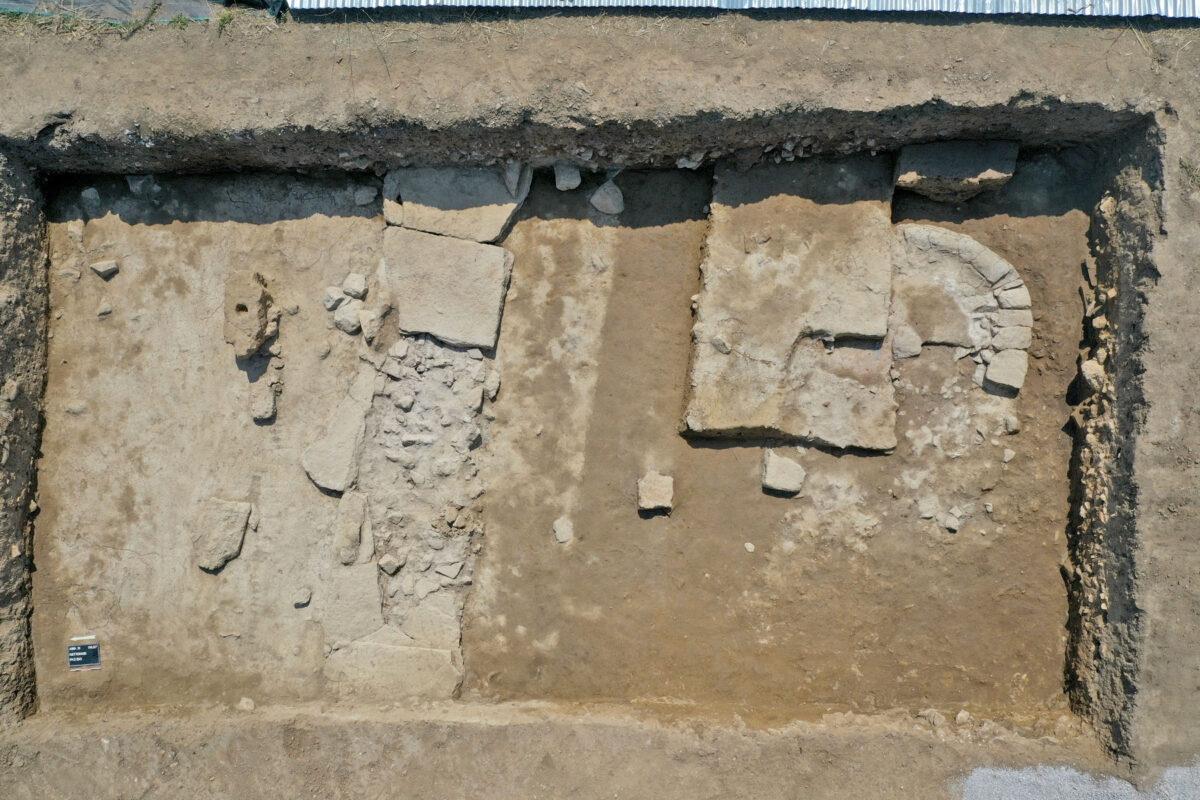 Ημικυκλική εσχάρα στο ναό της Αμαρυσίας Αρτέμιδος (προγενέστερη αρχιτεκτονική φάση) (φωτ.: ΥΠΠΟΑ).