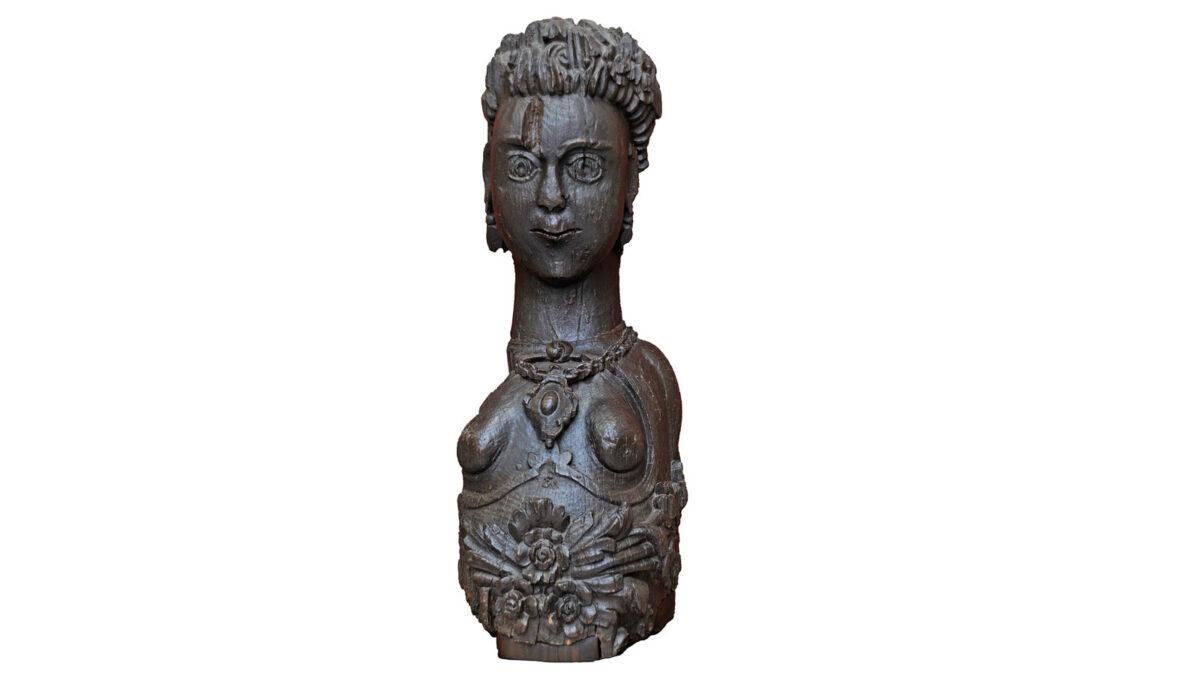 Ξυλόγλυπτη γυναικεία μορφή, ακρόπρωρο από το βρίκι «Αγαμέμνων» της Λασκαρίνας Μπουμπουλίνας (ΕΙΜ 511). Το ακρόπρωρο ήταν ξυλόγλυπτη διακόσμηση της πλώρης ενός πλοίου, στοιχείο που δήλωνε την ταυτότητά του. Το «Αγαμέμνων» κατασκευάστηκε το 1820 στις Σπέτσες. © ΙΕΕΕ-ΕΙΜ.