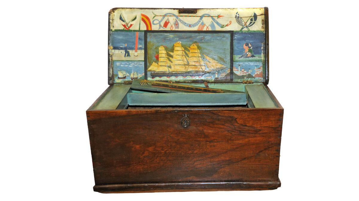 Ναυτική κασέλα με ζωγραφικό διάκοσμο (ΕΙΜ 16052). © ΙΕΕΕ-ΕΙΜ.