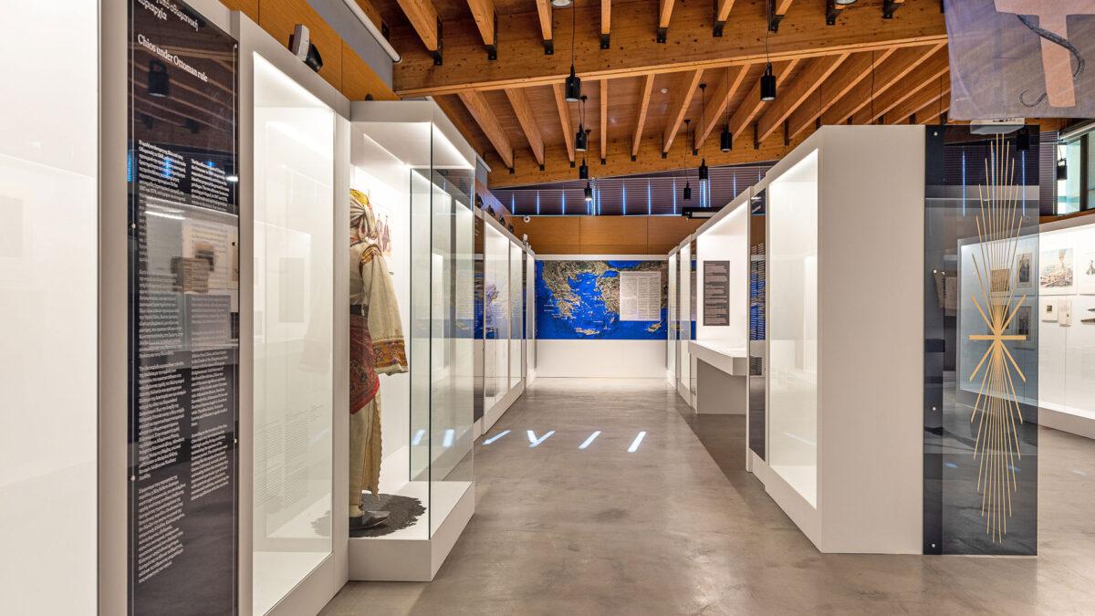 Άποψη της έκθεσης «ΕΠΑΝΑCYΣΤΑΣΗ '21: Χίος» στο Μουσείο Μαστίχας Χίου.