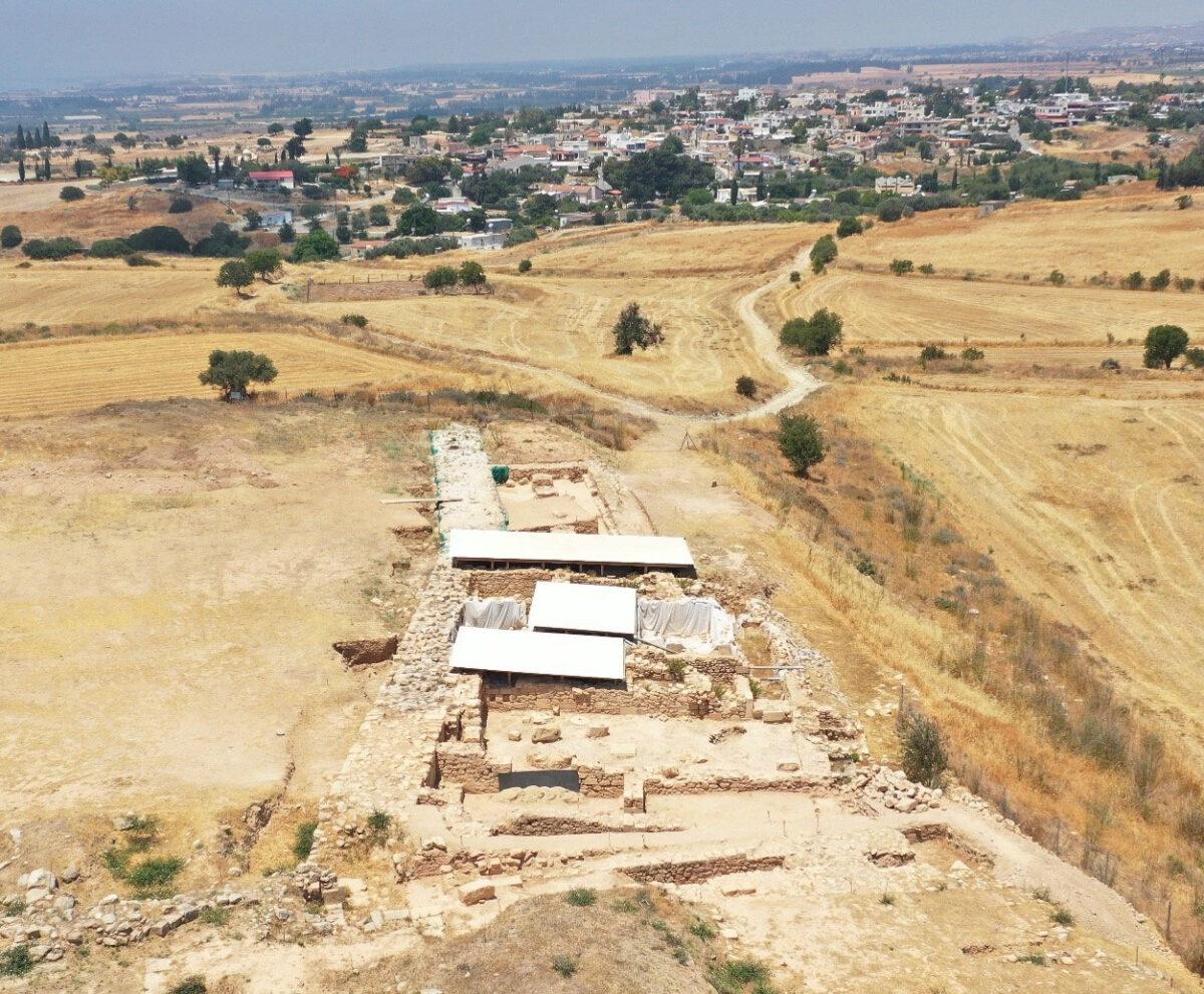 Περίβολος και μονάδες στην πλαγιά του Χατζηαπτουλλά. Στο βάθος τα Κούκλια. UAV αποτύπωση: Κ. Θεμιστοκλέους. Φωτ.: Τμήμα Αρχαιοτήτων Κύπρου.