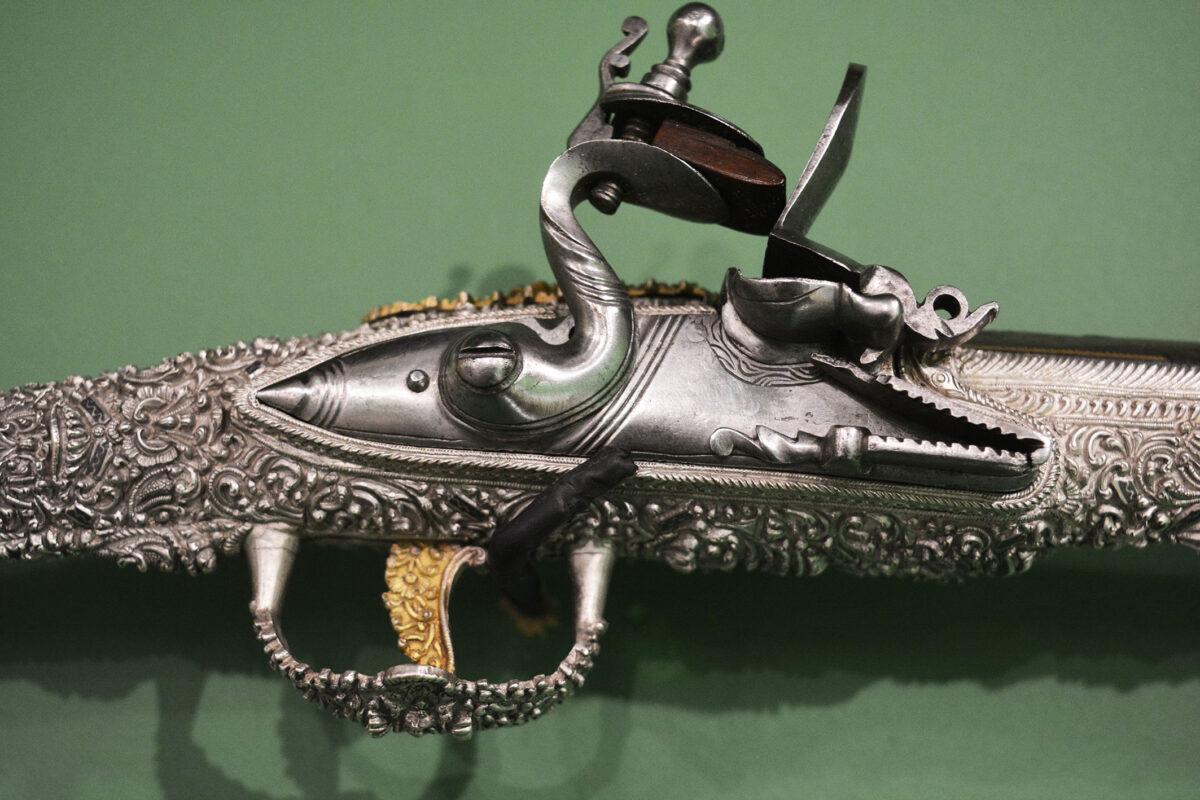 Αλβανική πιστόλα του στρατηγού Μάρκου Μπότσαρη (λεπτομέρεια). Διαστάσεις: 57,7x11x5,2 εκ. Παρίσι, Musée de l'Armée, αρ. ευρ. 2013.0.534, M2262.