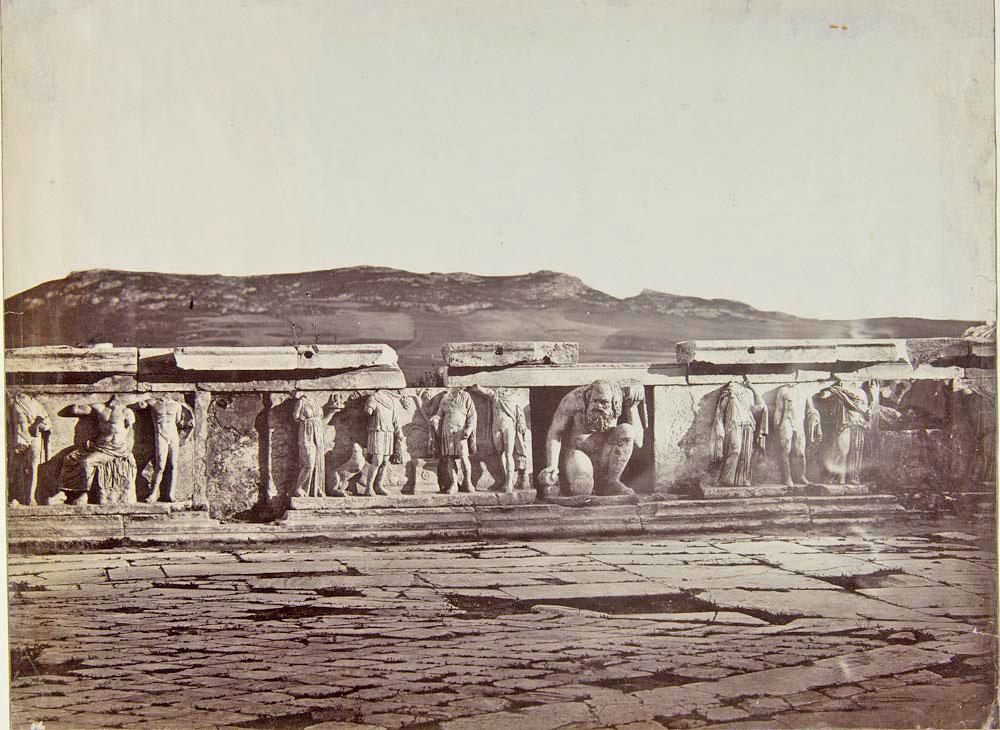 Δημήτριος Κωνσταντίνου, «Το προσκήνιο του Διονυσιακού Θεάτρου», Αθήνα 1860-65. Μουσείο Μπενάκη/Φωτογραφικά Αρχεία (ΦΑ.1.134).
