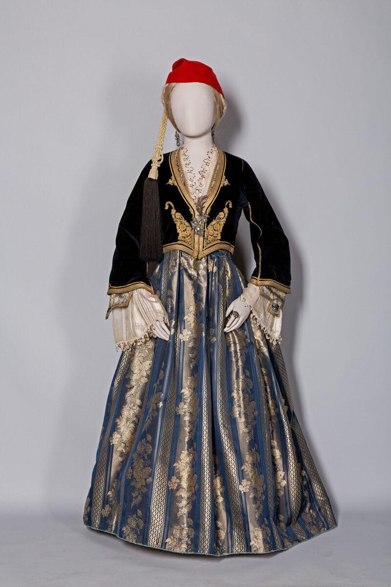 Η επίσημη ενδυμασία που καθιέρωσε η βασίλισσα Αμαλία. Ανήκε στην Κλεοπάτρα Καριζοπούλου, το γένος Μελισσουργού. Καλαμάτα, 1840-1860. Μουσείο Μπενάκη (ΦΟΡ 238).