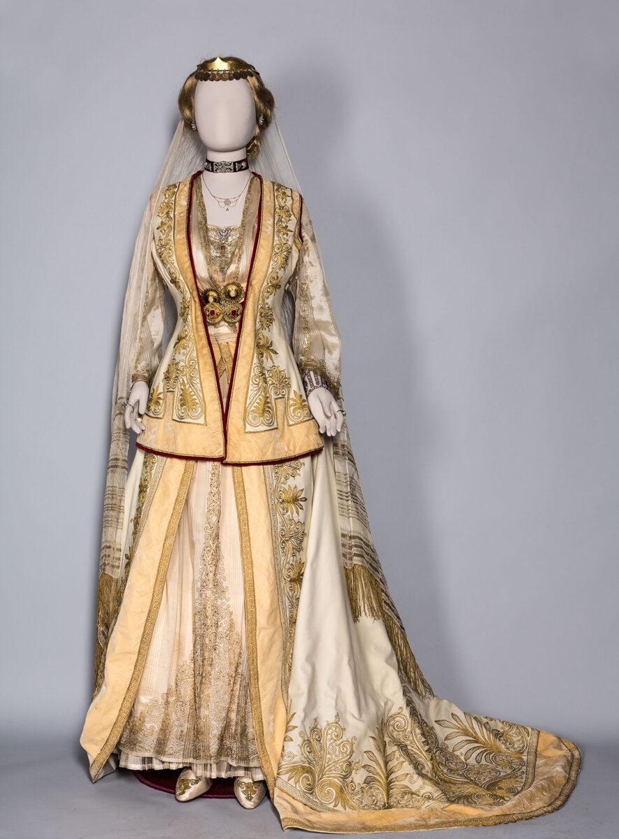Η αυλική ενδυμασία που καθιέρωσε η βασίλισσα Όλγα. Ανήκε στη Σοφία Αλεξάνδρου Σούτζου, κυρία επί των τιμών της βασίλισσας Σοφίας. Αθήνα, 1880-1910. Μουσείο Μπενάκη (ΦΟΡ 271).
