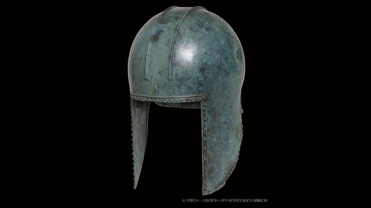 Χάλκινο κράνος, τέλος του 6ου αι. π.Χ., Αρχαιολογικό Μουσείο Ιωαννίνων  (φωτ.: Εφορεία Αρχαιοτήτων Ιωαννίνων).