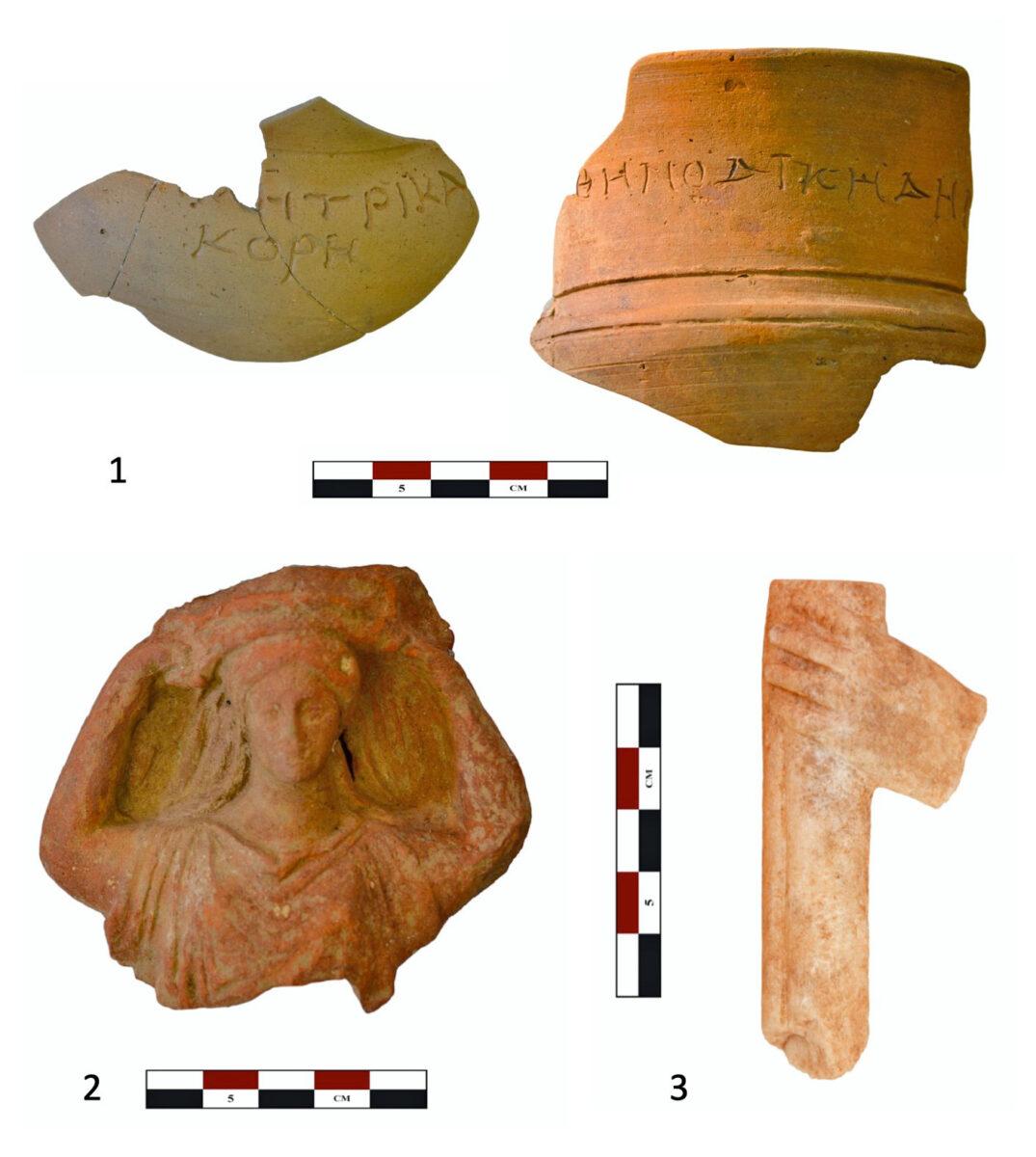 Εικ. 10. 1: Graffiti πάνω σε τελετουργικά αγγεία από το εσωτερικό του ναού στα οποία αναγράφονται τα ονόματα των λατρευόμενων θεοτήτων (ΔΗΜΙΤΡΙ ΚΑΙ ΚΟΡΗ). 2: Πήλινο ειδώλιο κιστοφόρου. 3: Χέρι που κρατάει δάδα, πιθανώς από μαρμάρινο αγαλμάτιο Κόρης.