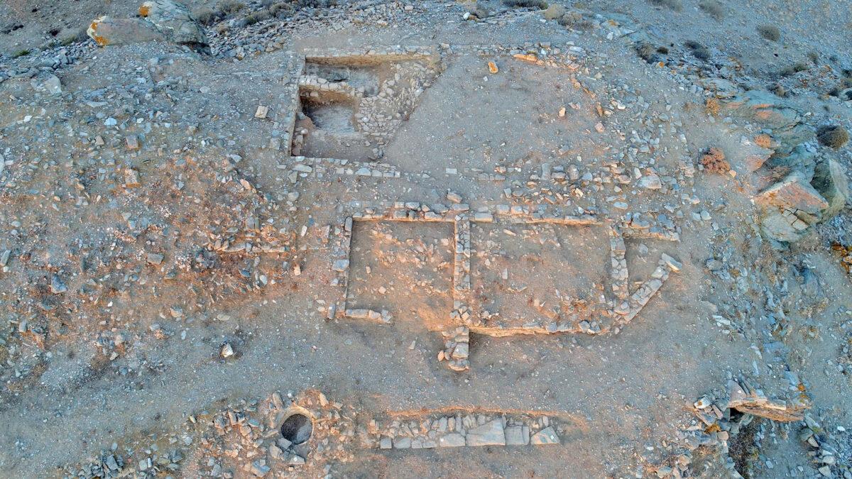Εικ. 2. Αεροφωτογραφία του νότιου τμήματος της ακρόπολης της αρχαίας Κύθνου και των Κτιρίων 1 (κάτω) και 2 (πάνω) (φωτ.: Κ. Ξενικάκης).